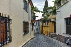 XANTHI, GRIEKENLAND - SEPTEMBER 23, 2017: Typische straat en oud huis in oude stad van Xanthi, Griekenland Royalty-vrije Stock Foto's