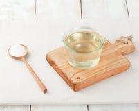 Xarope de açúcar na bacia de vidro em um fundo branco fotografia de stock