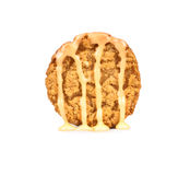 Xarope de chocolate branco derramado em cookies Fotos de Stock Royalty Free