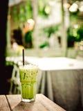 xarope do caramelo no creme de chicoteamento no greentea congelado do matcha, selecti Fotografia de Stock