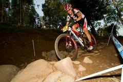 XCO Mitfahrer im felsigen Kapitel UCI MTB am Weltcup Lizenzfreies Stockbild