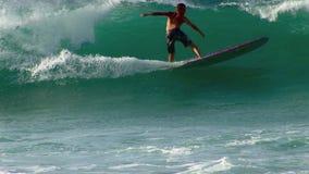 Xcorps TV som surfar avbrottet för Hawaii det norr kuststrand arkivfilmer