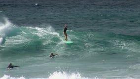 Xcorps TV som surfar handling 5 för Hawaii strandavbrott arkivfilmer