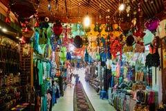 XEIQUE DO EL DE SHARM, EGIPTO - 25 DE AGOSTO DE 2015: O interior de um kasbha oferece todos os tipos do fato Fotografia de Stock