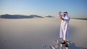 Xeique novo esplêndido dos UAE do Arabian que procura o ajuste considerável do quadro bonito, estando entre o deserto largo no es filme