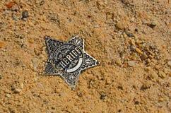 Xerife de prata caído para protagonizar na areia imagens de stock royalty free
