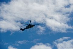 Xerife Helicopter Hovering em um fundo bonito do céu foto de stock