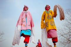 Xi''an, Китай 13-ое февраля, фольклорный художник выполняя Shehuo, Shehuo nonmaterial культурное наследие для того чтобы отпр стоковые фото