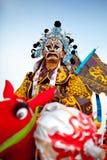 Xi''an Kina-Februari 13, en folk konstnär utförande Shehuo, Shehuo är ett nonmaterial kulturarv som firar det nya royaltyfria foton