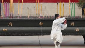 XI'AN-DEC 22:实践在寺庙,2011年12月22日,西安市,陕西的瓷传统衣裳的人太极拳 影视素材