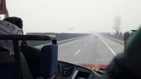 XI 'uma CHINA 4 de fevereiro de 2012: Ônibus na estrada video estoque