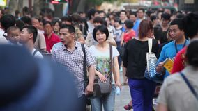 XI 'UMA CHINA 26 DE MAIO DE 2012: Multidão na rua, filme
