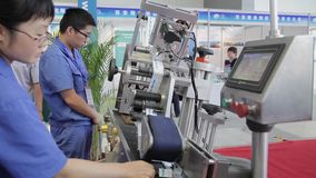 XI '- 29 AUGUSTUS: Weergeven van arbeiders werkende machine, 29 Augustus, 2013, Xi een 'stad, Shaanxi-provincie, China stock footage