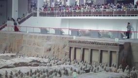 XI ', CHINA - 17 Juli 2013: de strijders en de militairen van het terracottaleger die buiten Xi 'China worden gevonden stock footage