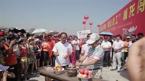 XI '- JUN 12: Traditieritueel vóór het traditionele ras van de draakboot tijdens Dragon Boat Festival, Jun 12, 2013, Xi ' stock videobeelden