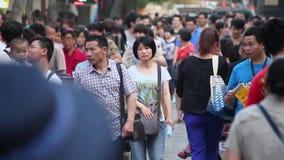 XI 'CHINA 26 MEI 2012: Menigte op straat, stock footage