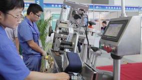 XI'AN - 29 AGOSTO: Vista della macchina di funzionamento del lavoratore, il 29 agosto 2013, città di Xi'an, provincia di Shaanxi, stock footage