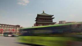 XI'AN, CHINA - 12 de abril de 2013: Lapso de tiempo del campanario de Xi'an almacen de metraje de vídeo