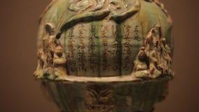 XI'AN China 30 de mayo de 2012: Exhibici?n antigua china de la reliquia cultural en el museo de Shaanxi almacen de video