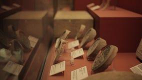XI'AN China 30 de mayo de 2012: Exhibici?n antigua china de la reliquia cultural en el museo de Shaanxi almacen de metraje de vídeo