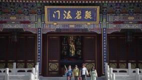 XI'AN, CHINA - 24 DE MAYO DE 2012: Los visitantes queman incienso y ruegan en el templo de Daxingshan almacen de video