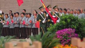 XI'AN, China - 1 de octubre de 2013: Ceremonia de aumento de bandera de Daming Palace Square un sitio histórico famoso en Xi'an,  metrajes