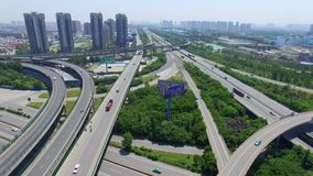 Xi'an, China, el 16 de mayo de 2017, tiro AÉREO del tráfico que mueve encendido los pasos superiores, Xi'an, China almacen de video