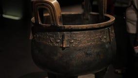 XI'AN China 30. Mai 2012: Chinesische alte Kulturdenkmalanzeige in Shaanxi-Museum stock video footage