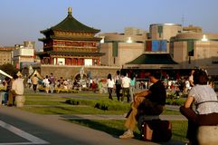 Xi'an, China: Plaza de Ginwa, torre de Bell, e shopping Imagem de Stock Royalty Free