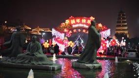 XI'AN CINA 3 febbraio 2012: Decorazioni e la gente delle lanterne che vagano durante il festival di molla cinese video d archivio