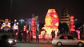 XI'AN CINA 3 febbraio 2012: Decorazioni e la gente delle lanterne che vagano durante il festival di molla cinese stock footage