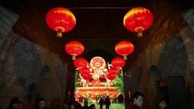 XI'AN CINA 2 febbraio 2012: Decorazioni e la gente delle lanterne che vagano durante il festival di molla cinese stock footage