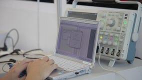 XI'AN - 29 DE AGOSTO: Opinión el ingeniero usando una PC del cuaderno con el instrumento, el 29 de agosto de 2013, ciudad de Xi'a metrajes
