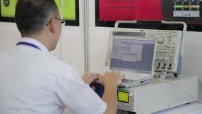 XI'AN - 29 DE AGOSTO: Opini?n el ingeniero usando una PC del cuaderno con el instrumento, el 29 de agosto de 2013, ciudad de Xi'a metrajes