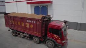 XI'AN - 6 DE JULIO: Trigo del transporte del cami?n en dep?sito de la reserva de grano, el 6 de julio de 2013, ciudad de Weinan,  metrajes