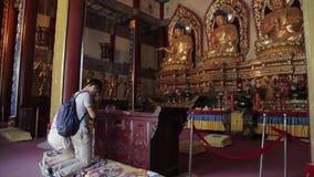 XI ?EN KINA - MAJ 27 2012: Buddister ber inom templet stock video