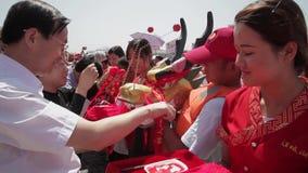 XI ?- JUN 12: De mensen verfraaien hoofd van draak v??r het traditionele ras van de draakboot tijdens Dragon Boat Festival, Jun 1 stock videobeelden
