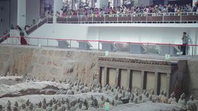 XI ', KINA - 17 Juli 2013: terrakottaarmékrigare och soldater som finnas utanför XI 'en Kina arkivfilmer