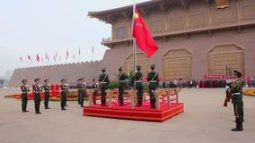 XI ?, Kina - Oktober 01 2013: Ceremoni f?r lyfta f?r flagga av Daming Palace Square en ber?md historisk plats i XI ?, Kina lager videofilmer