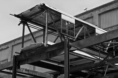 XI llevado, roto y olvidado de la fábrica automotriz abandonada - Imágenes de archivo libres de regalías