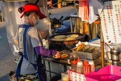 Xia Lin Scallion Pancake Um vendedor ambulante famoso da panqueca da chalota em Tainan, Taiwan fotografia de stock royalty free