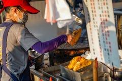Xia Lin Scallion Pancake Um vendedor ambulante famoso da panqueca da chalota em Tainan, Taiwan imagem de stock