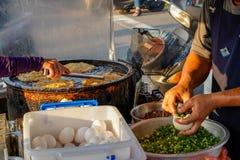 Xia Lin Scallion Pancake Um vendedor ambulante famoso da panqueca da chalota em Tainan, Taiwan fotos de stock