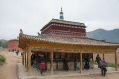 XIAHE, CHINA - 27 DE SETEMBRO DE 2014: Peregrino em Labrang Monastery um famo fotografia de stock royalty free