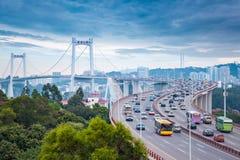 Xiamen haicangbro på skymning med upptagen trafik arkivbilder