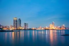 Xiamen horisont på natten Arkivbild