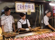 XIAN, КИТАЙ - 4-ОЕ АПРЕЛЯ 2018: Мусульманин Hui подготавливает еду улицы в f Стоковые Изображения RF