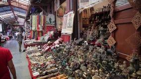 Xian, Китай - 26-ое мая 2012: Неопознанные люди выбирают традиционные сувениры на стойле на торговой улице в Xian акции видеоматериалы
