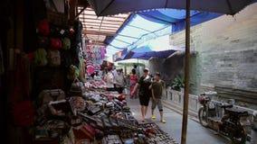 Xian, China - 26 de mayo de 2012: La gente no identificada elige recuerdos tradicionales en la parada en la calle que hace compra metrajes