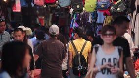 Xian, China - 26 de mayo de 2012: La gente no identificada elige recuerdos tradicionales en la parada en la calle que hace compra almacen de metraje de vídeo